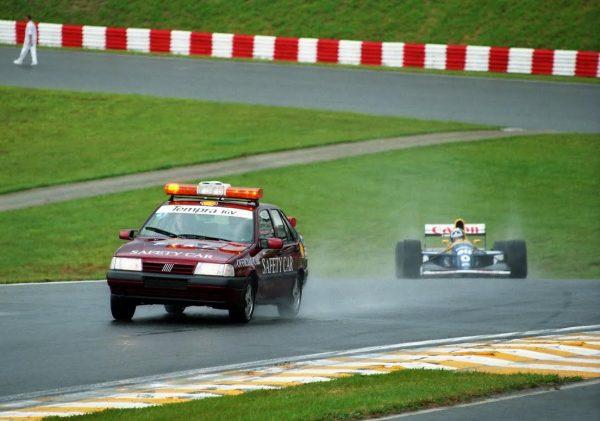 F1-6-28-Mars-1993-1ère-intervention-dune-Safety-Car-au-GP-du-Brésil-©-Manfred-GIET-600x421